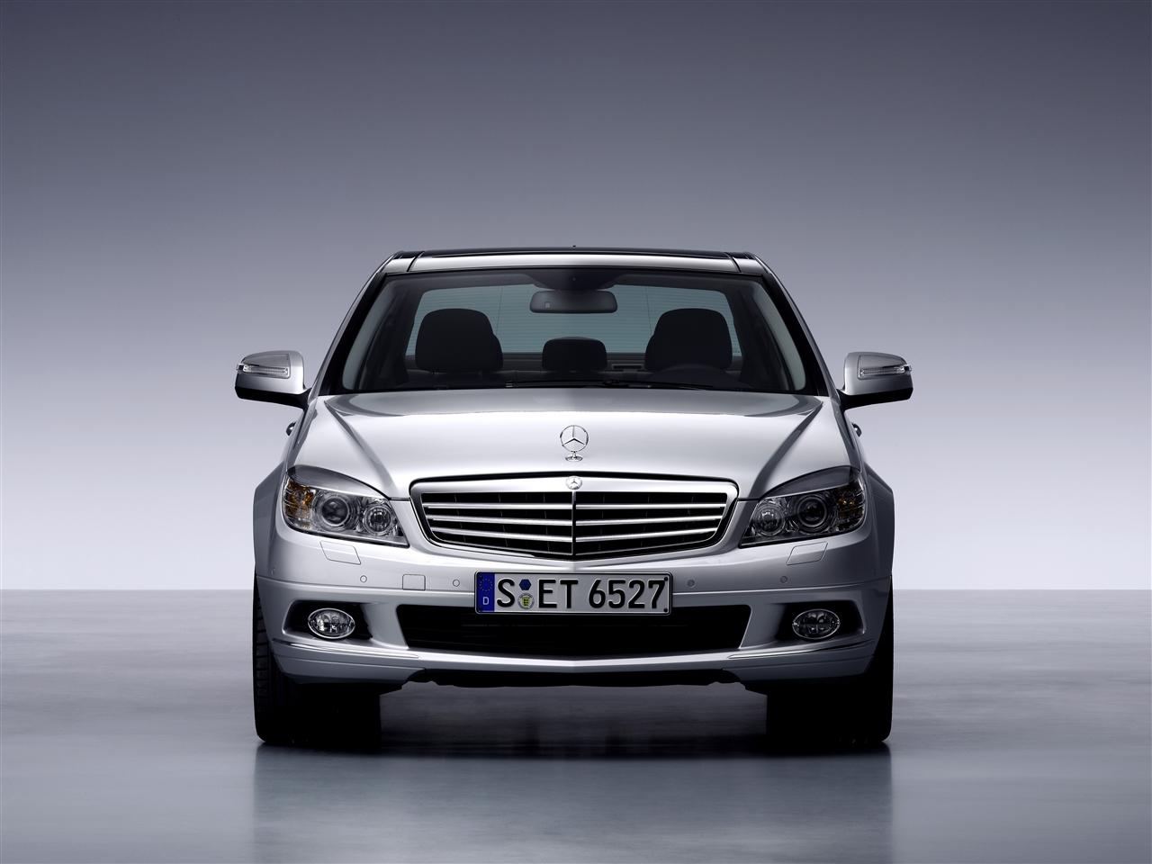 Mercedes-Benz发布了2008全新C-Class车型,这款车经过无数苛刻的测试,加上了最新的高科技特征,做为新一代的C-Class,也做为Mercedes-Benz最畅销车型的接班人,我们来看看究竟做了那些改进: 在外观上继承了前代的风格,整体车身流线形依旧,让人从远处就可以辨认出的横栅镀铬水箱罩和三个星叉标致,典雅且富有动感形态。 整个车身的体积和大小有所扩充,比原来的W203,轴距做了大幅度的提升,从2715MM提升了45MM到2760MM,使得内部的驾驶和乘坐空间加大,同时提升了车身的安全